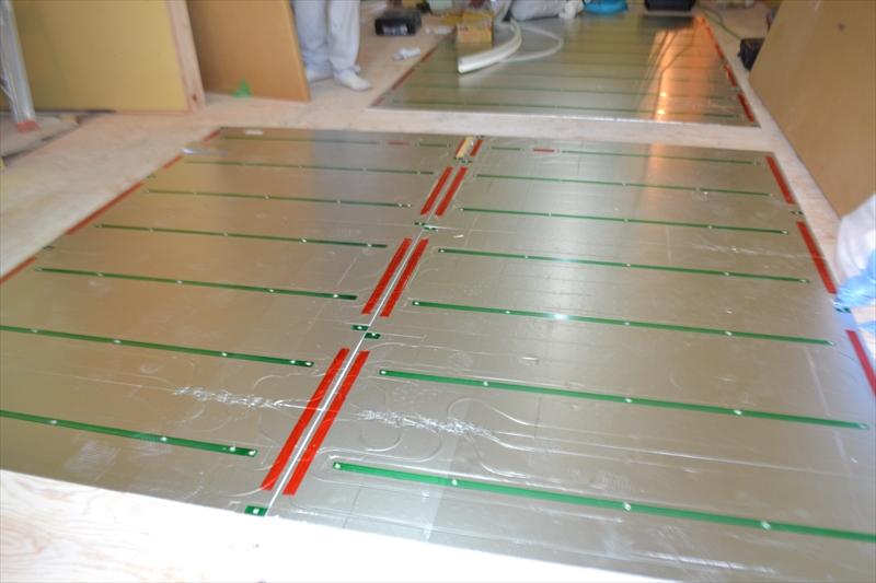 ガス温水式床暖房の設置工事風景